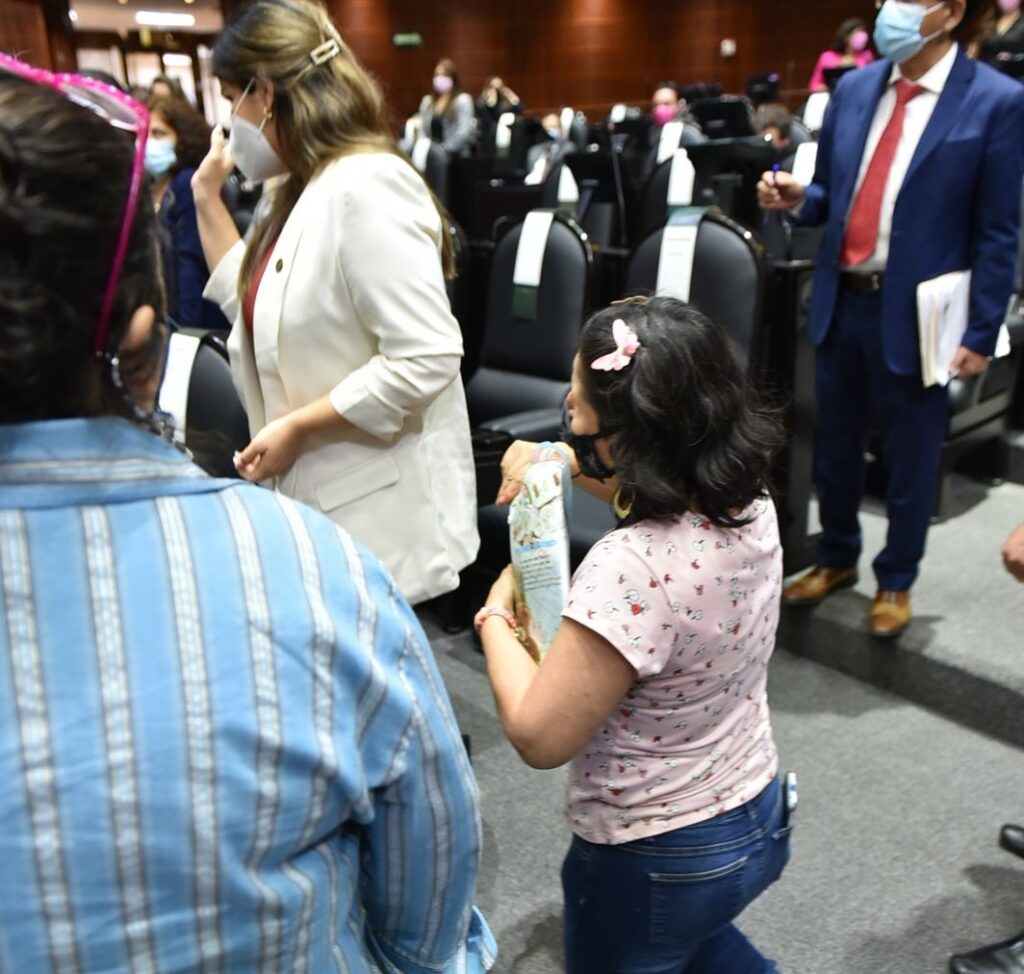 @MeraryVillegas da la espalda a una mujer que le pidió apoyo para conseguir tratamiento para su hijo con cáncer