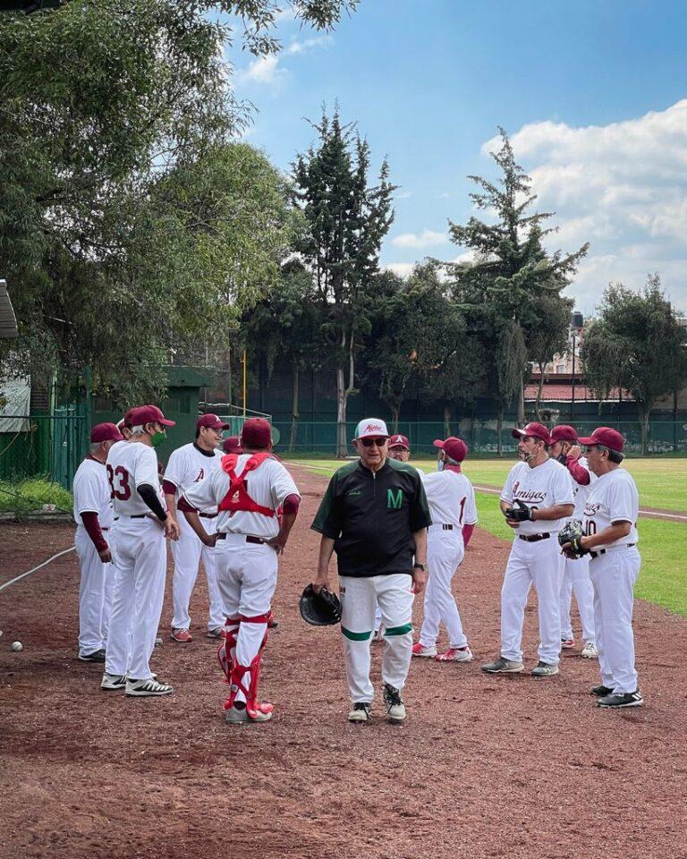 AMLO se escapó a jugar béisbol Foto: Presidencia